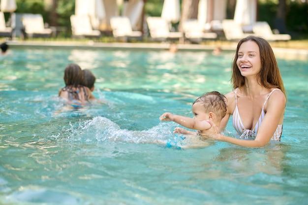 Zomerdagen. een jong gezin dat tijd doorbrengt in een zomerzwembad