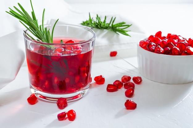 Zomerdrank met granaatappel en rozemarijn