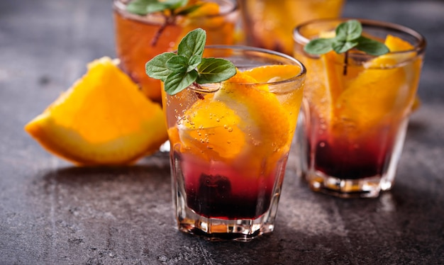 Zomerdrank met sinaasappel en bessen