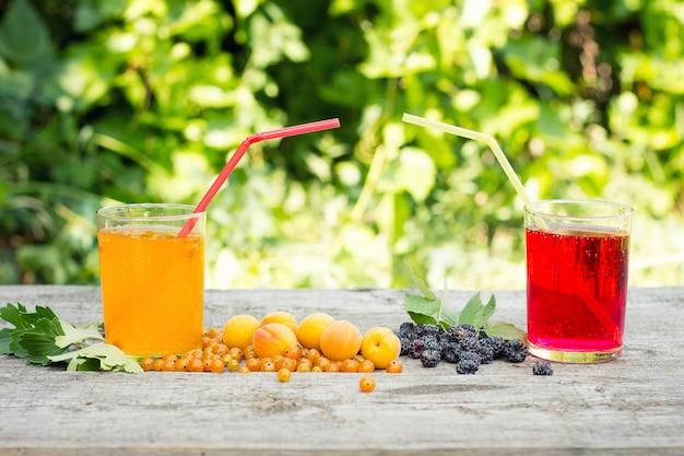 Zomerdranken met bramen en abrikozen, natuurlijk product, cocktailconcept