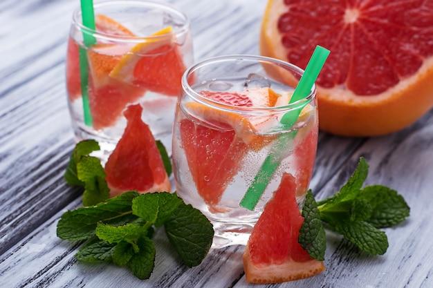 Zomerdranken met grapefruit en ijs