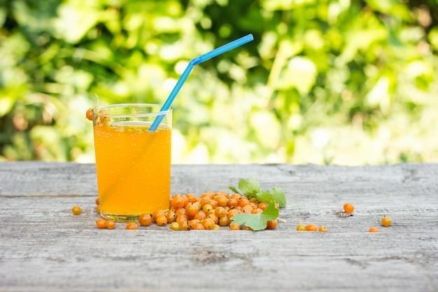 Zomerdranken van de gele aalbes, is een natuurlijk product, het concept van cocktails