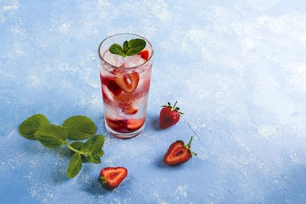 Zomerdrankje met aardbei, limoen en munt