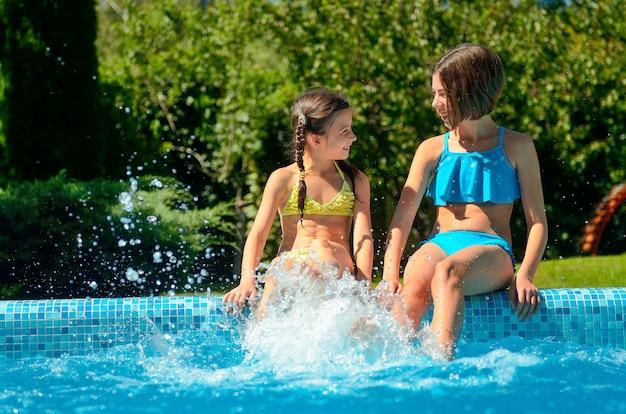 Zomerfitness, kinderen in zwembad hebben plezier en plons in water, kinderen op familievakantie
