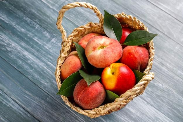 Zomerfruit: vijgenperziken, nectarine en perziken, bovenaanzicht