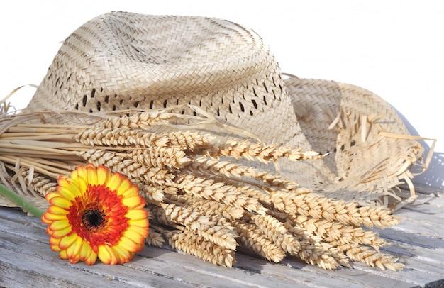 Zomerhoed met tarwe en bloemen