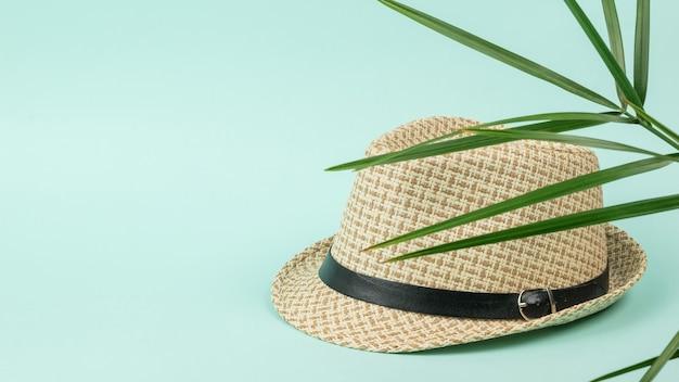 Zomerhoed voor heren onder de bladeren van een palmboom. klassieke hoofdtooi voor heren.