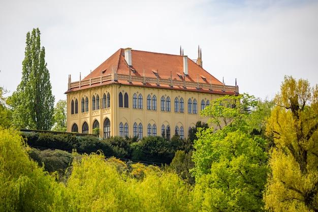 Zomerhuis van de gouverneur in het stromovka-park of de nationale museumbibliotheek in praag, tsjechië
