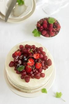 Zomerhuiskoekjes met kwarkcrème, versierd met verse bessen van aardbeien, frambozen en krenten.