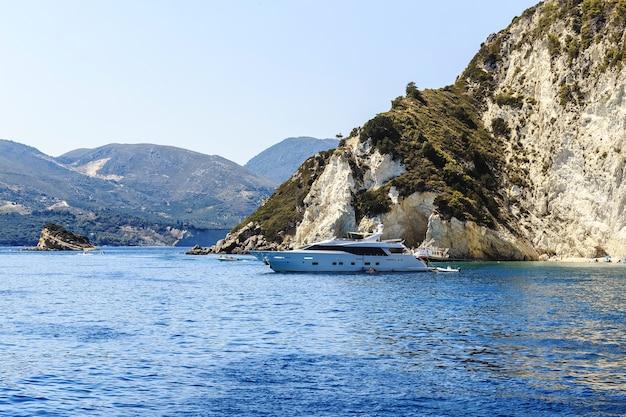 Zomerlandschap, een jacht tegen de bergen in griekenland