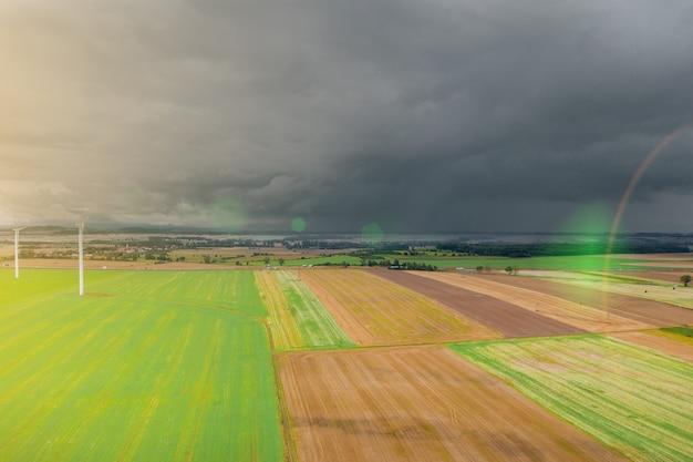 Zomerlandschap met een onweerswolk over velden en bossen, uitzicht van bovenaf