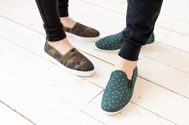 Zomermocassins op paar trendy modieuze katoenen dames- en herenschoenen paar trendy vrouwelijke loafers schoenen winkel- en verkoopconcept