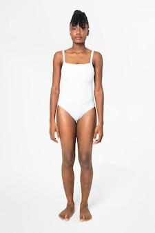 Zomermode uit één stuk wit badpak voor dames met ontwerpruimte full body