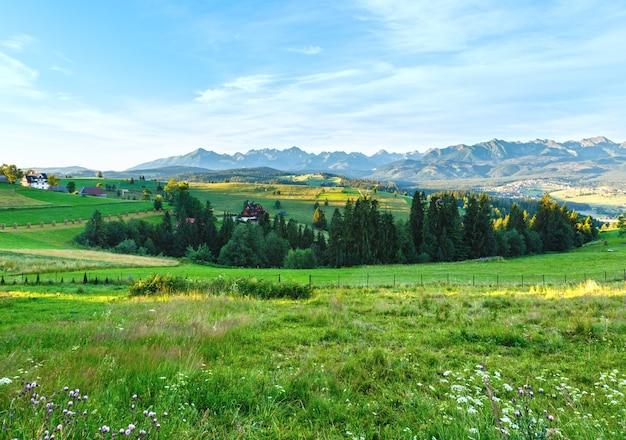 Zomerochtend bergdorp buitenwijken en tatra bereik achter