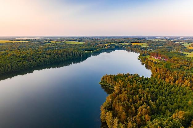 Zomerochtend landschap op de luchtfoto van het meer