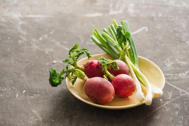 Zomeroogst rode radijs. biologische groenten kweken