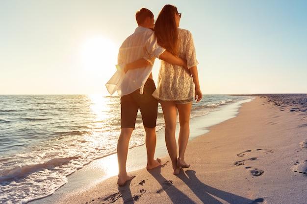 Zomerpaar op strand