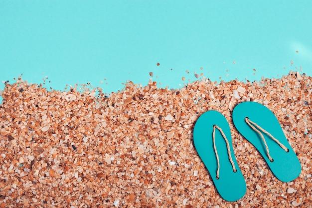 Zomerpantoffels op strand met zand