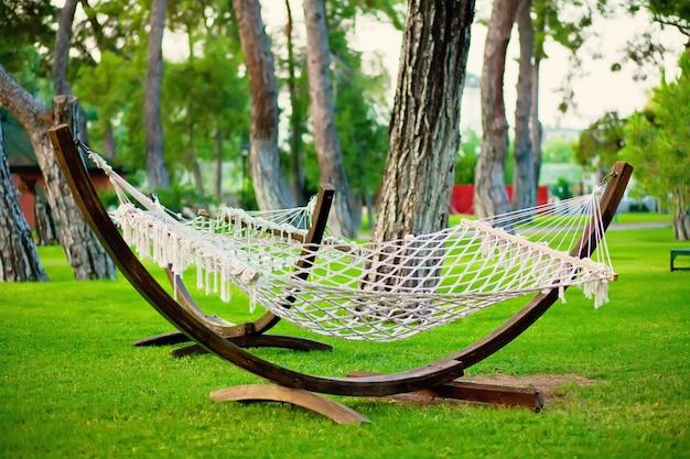 Zomerpark met hangende hangmat voor ontspanning.