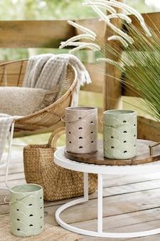 Zomerpaviljoen aan het meer met stijlvolle rotan fauteuil salontafel kussens plaid en elegante accessoires in een modern decor zomersfeer chillout