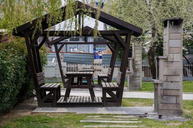 Zomerpaviljoen om uit te rusten en te picknicken naast de barbecue in een van de parken in istanbul