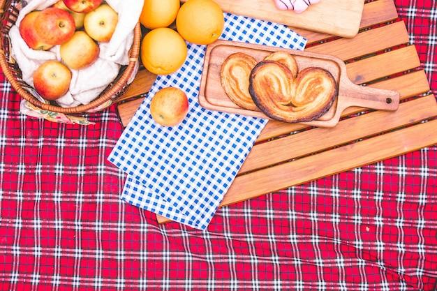 Zomerpicknick met een mand met voedsel op deken in het park.