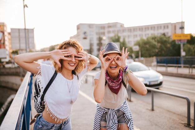 Zomerpret. twee meisjes hebben plezier in de stad.