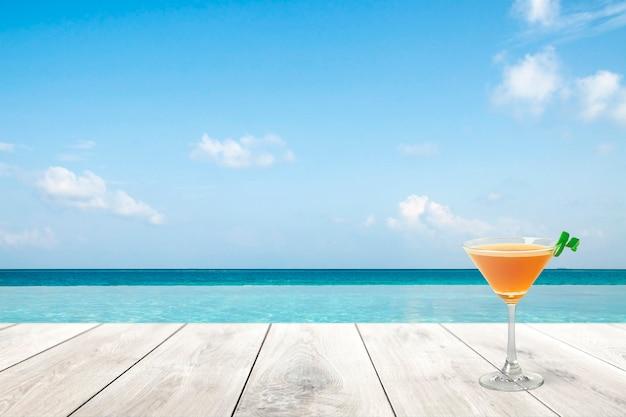 Zomerproductachtergrond, blauwe zee en drankje