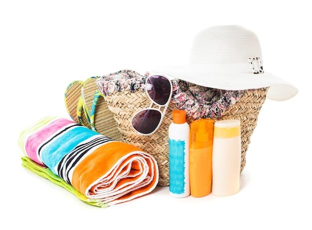 Zomerreis concept - accessoires voor strandroepingen op wit wordt geïsoleerd