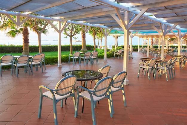 Zomerrestaurant aan de middellandse zeekust op een prachtige zonsondergang. tekirova-kemer. kalkoen