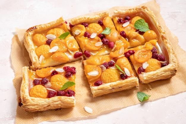 Zomers bladerdeegtaartje met abrikozen en framboos