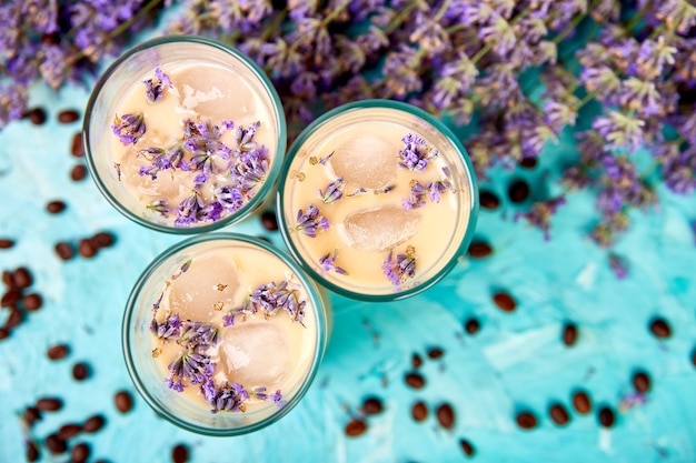 Zomers drankje ijskoffie met lavendel in glas