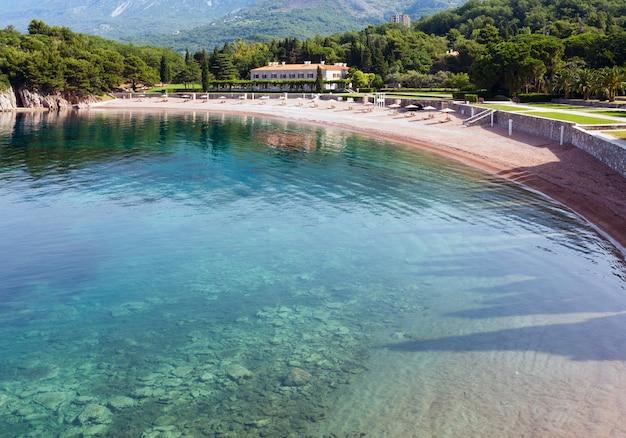 Zomers uitzicht op het roze zandstrand milocher beach (montenegro, 6 kilometer ten zuidoosten van budva)