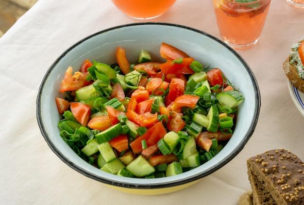 Zomersalade met tomaten, komkommers en groenten