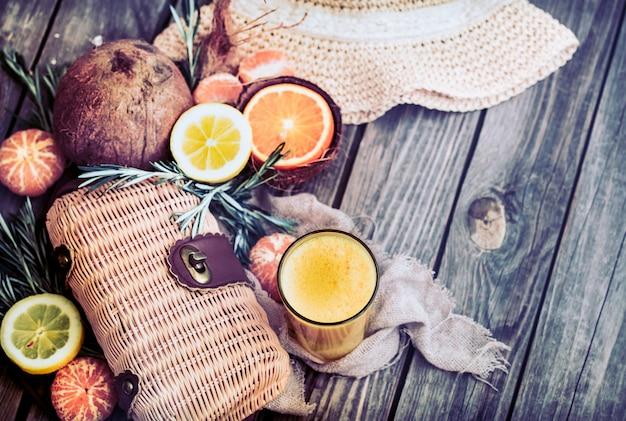 Zomersamenstelling met vers sinaasappelsap