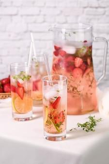 Zomerse aardbeiencocktail of limonade met tijm en citroen
