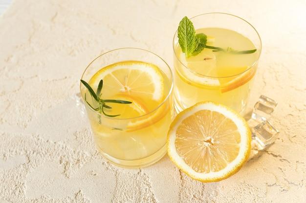 Zomerse citruslimonade met sinaasappel, citroen en rozemarijn