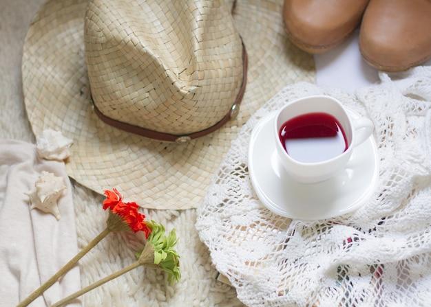 Zomerse ochtendtafel met een kopje koffie en wilde bloemen onder een fel licht