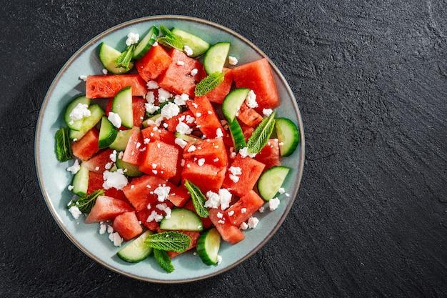 Zomerse salade met watermeloen en komkommers