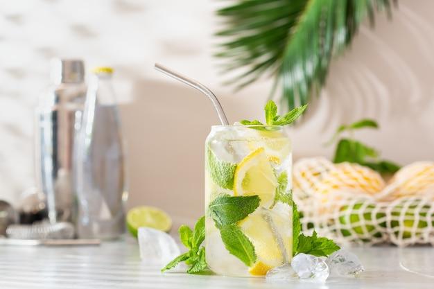 Zomerse verfrissende cocktail van harde seltzer met schaduwen