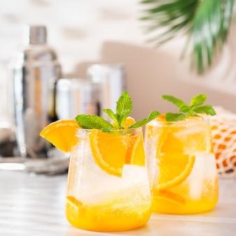 Zomerse verfrissende oranje cocktail van harde seltzer met schaduwen