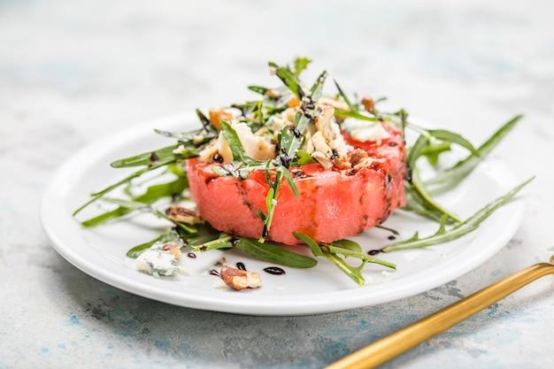 Zomerse watermeloensalade met blauwe kaas, rucola