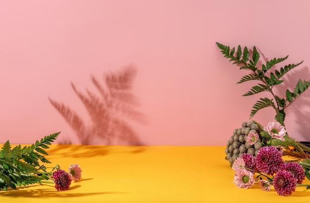 Zomerstijl van showcase voor de weergave van cosmeticaproducten op gele en roze achtergrond met bloemen.