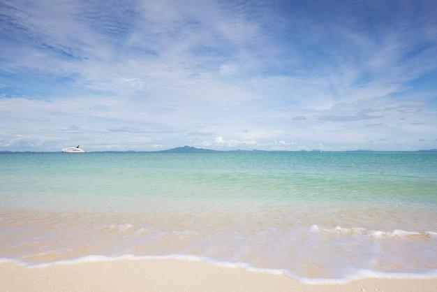 Zomerstrand, met zonnige hemel en jachtboot van tropisch strand in phuket, thailand.