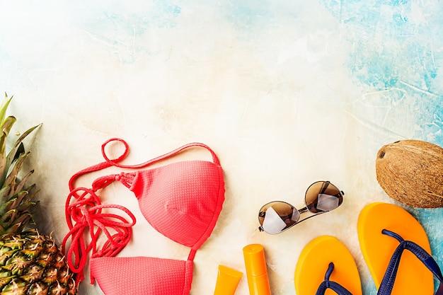 Zomerstrand, set zomeraccessoires om te zwemmen en zonnebaden op zee, vakantieconcepten