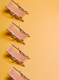 Zomerstrandstoelen op een pastelgele achtergrond met kopieerruimte, minimalisme, zomer en relaxconcept, netwerken