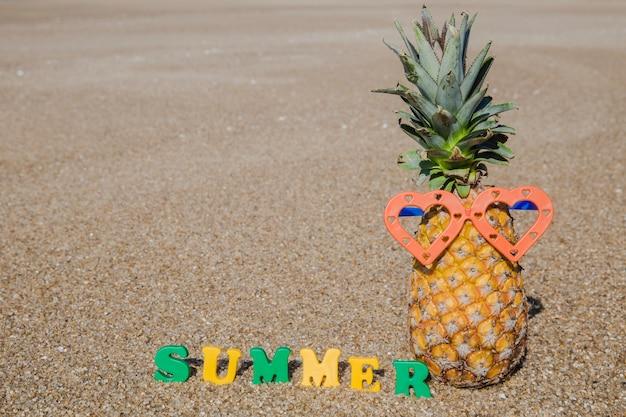 Zomertijd op het strand met ananas