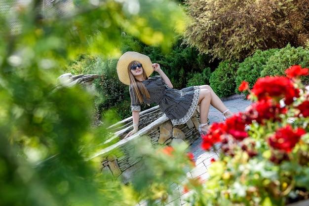 Zomertijd voor mooie vrouw in jurk in de natuur
