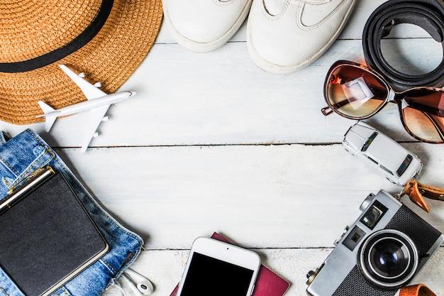 Zomervakantie achtergrond, strandtoebehoren op wit hout en kopie ruimte, vakantie en reisartikelen concept.