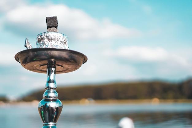 Zomervakantie, activiteit. milieu, reizen en waterpijp roken concept